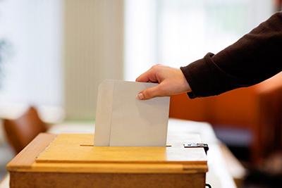 اصل انتخاب شدن و انتخاب کردن گونهای از آزادی سیاسی است